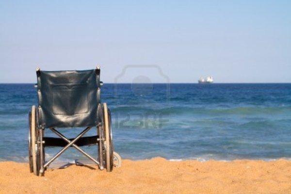 6855357-silla-de-ruedas-en-playa